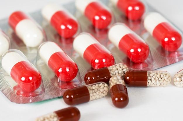 Bruine en rode medische capsules