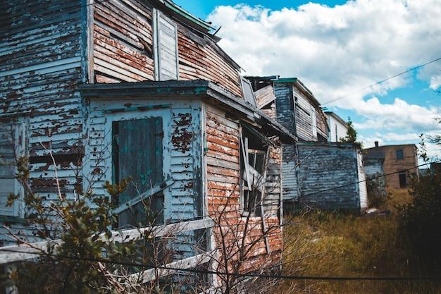 Bruine en witte houten huizen