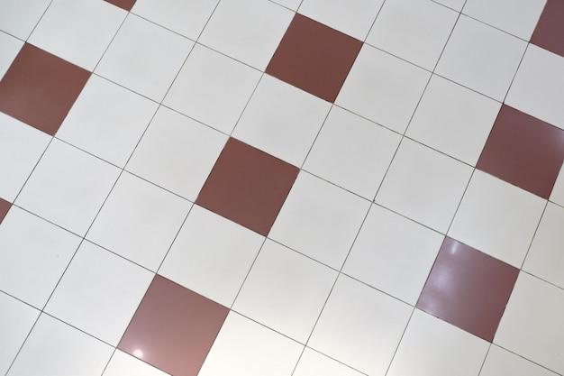 Bruine en witte keramische vloertegels. uitzicht van boven. textuur