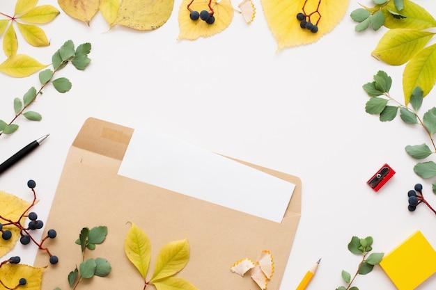 Bruine envelop met lege notitie, herfst frame vintage papieren omslag met een leeg vel binnenin, herfst inspiratie