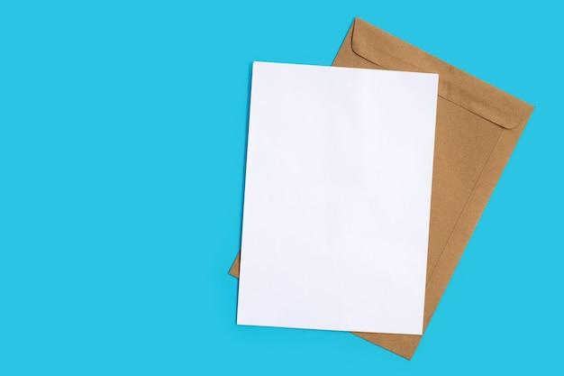 Bruine envelop met wit papier op blauw