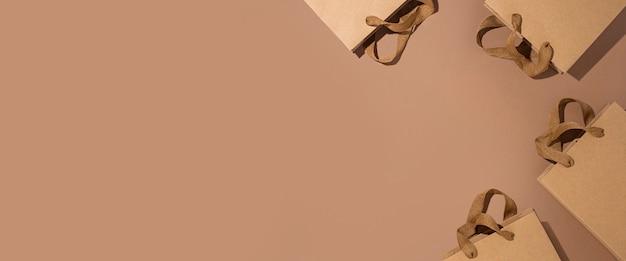 Bruine geschenkverpakkingen van kraftpapier op een bruine kartonnen ondergrond. bovenaanzicht, plat gelegd. banier.