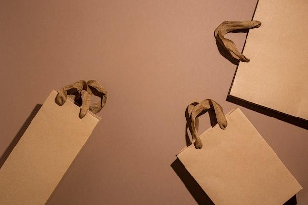 Bruine geschenkverpakkingen van kraftpapier op een bruine kartonnen ondergrond. bovenaanzicht, plat gelegd.