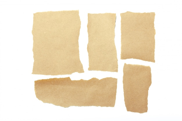 Bruine gescheurde stukjes papier