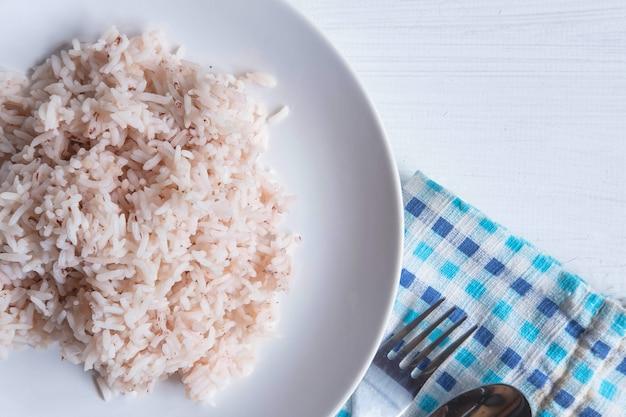 Bruine gestoomde rijst op een plaat