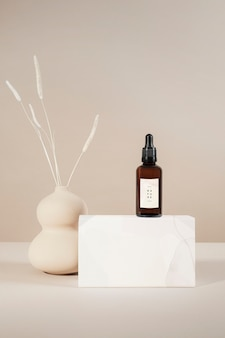 Bruine glazen druppelfles met een productmodel met een witte doos