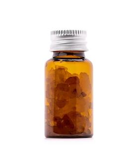 Bruine glazen fles aromatisch zout voor etiketontwerpmodel dat op witte achtergrond wordt geïsoleerd