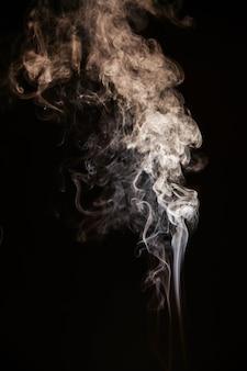Bruine golvende rook op zwarte achtergrond