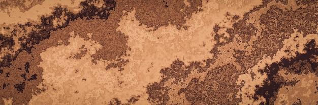 Bruine grondlaag. verweerde sedimentlagen. dwarsdoorsnede van bodem en kleibedden.