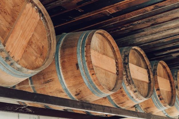 Bruine houten eik van wijntank en fermentatie, opslag van landbouwproducten.