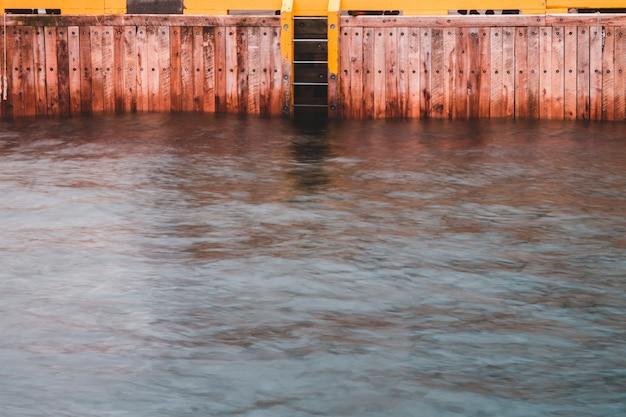 Bruine houten haven dichtbij watermassa