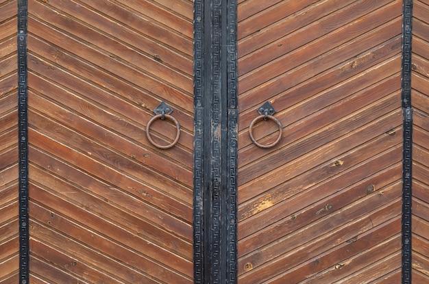 Bruine houten poorten met kloppers