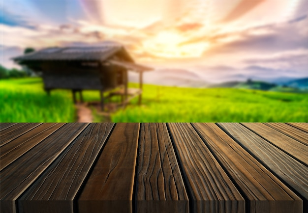 Bruine houten tafel in zomerboerderij groen met lege kopie ruimte op tafel voor productvertoning mockup