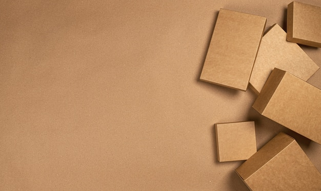 Bruine kartonnen dozen op ambachtelijke papieren tafel