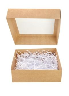 Bruine kartonnen geschenkdoos geopend met versnipperd papier geïsoleerd op wit