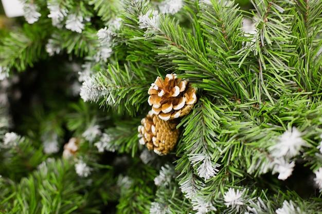 Bruine kegel op kunstmatige kerstboom