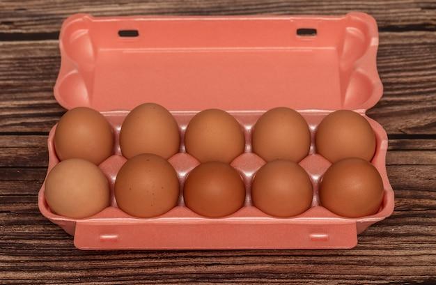 Bruine kippeneieren in een pakket