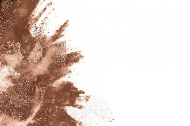 Bruine kleur poeder explosie op witte achtergrond.