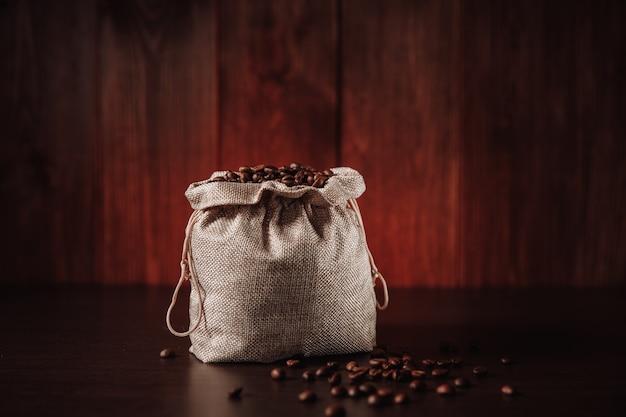 Bruine koffiebonen in geïsoleerde zak.