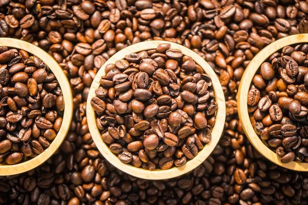 Bruine koffiebonen in houten kom