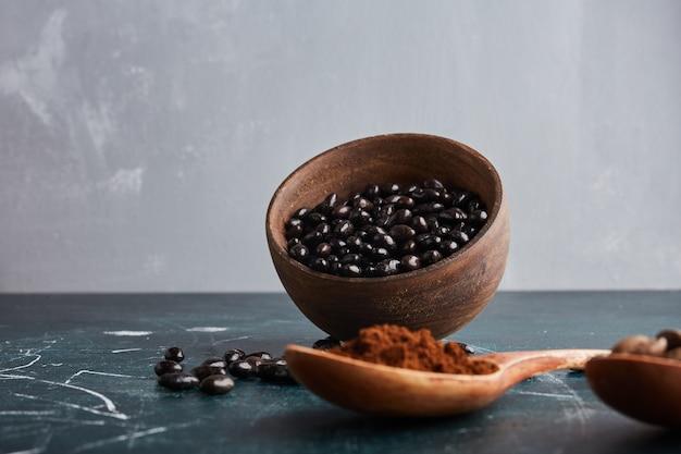 Bruine koffiebonen met chocoladetopping.