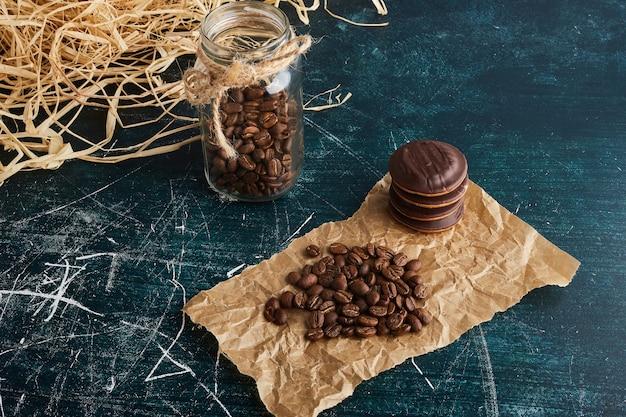 Bruine koffiebonen op een stuk papier.