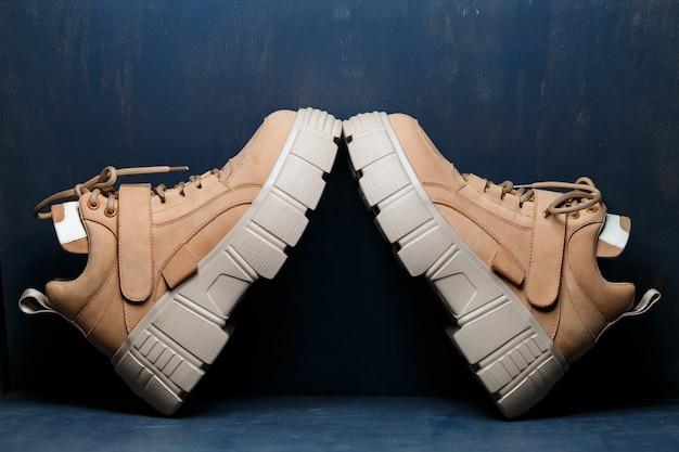 Bruine leren damesschoenen op een grijze achtergrond. mode trend