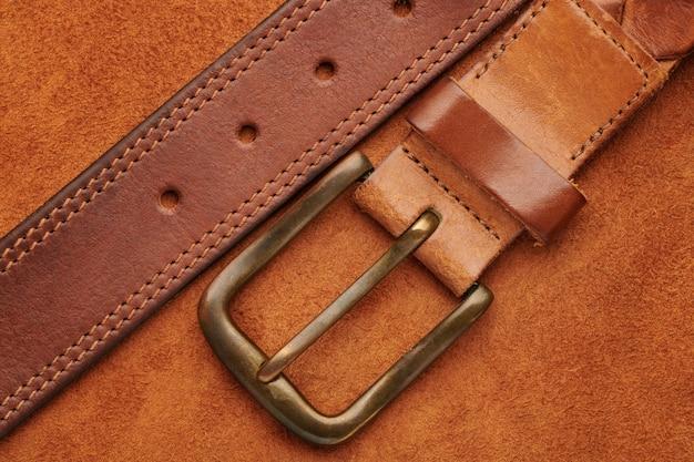 Bruine leren riem met bronzen gesp op zeemleer Premium Foto