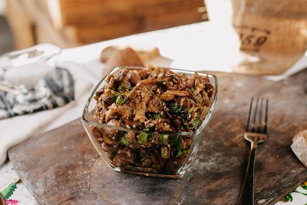Bruine maaltijd bonen groenten gesneden vitamine rijk gezouten gepeperd binnen glas op bruin houten bureau