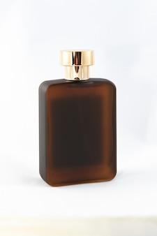 Bruine matte fles parfum voor mannen op witte achtergrond