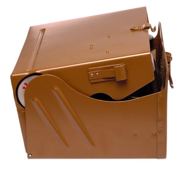 Bruine metalen militaire doos uitgesneden op wit oppervlak
