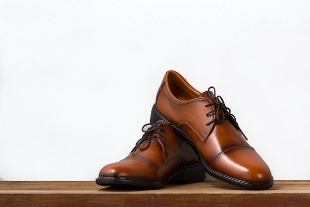 Bruine mode lederen mannen schoenen op tafel