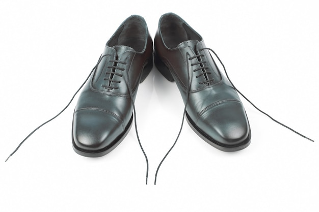 Bruine oxford herenschoenen op witte achtergrond. leren schoenen. modieuze schoenen voor heren