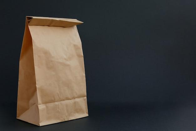 Bruine papieren ambachtelijke tas op een zwarte achtergrond
