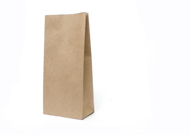 Bruine papieren ambachtelijke tas verpakking sjabloon geïsoleerd op een witte achtergrond voor- en achterkant viewhalf side v...