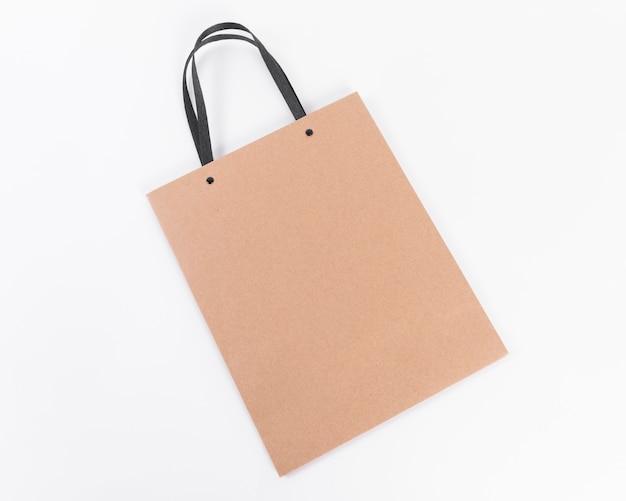 Bruine papieren boodschappentas met zwarte hengsels