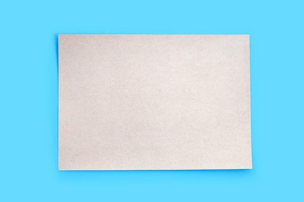 Bruine papieren textuur op blauwe achtergrond.