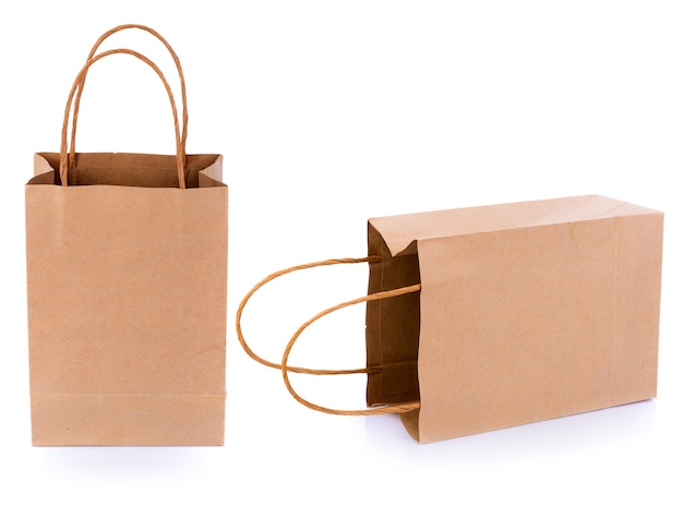 Bruine papieren zakken op een witte ondergrond