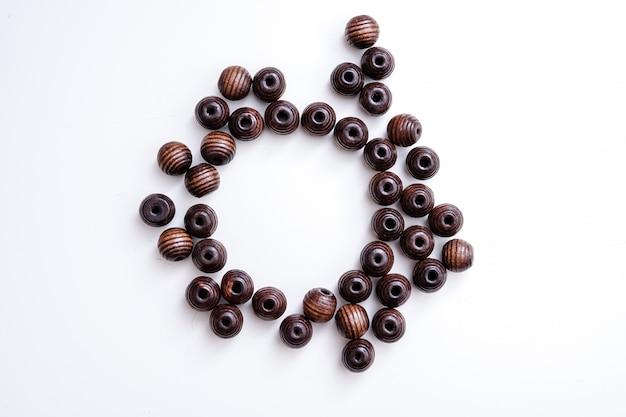 Bruine parels op een witte tafel met cirkel kopie ruimte