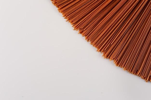 Bruine pasta bovenaanzicht met kopie ruimte op wit oppervlak