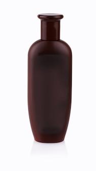 Bruine plastic fles met douchegel op witte achtergrond.