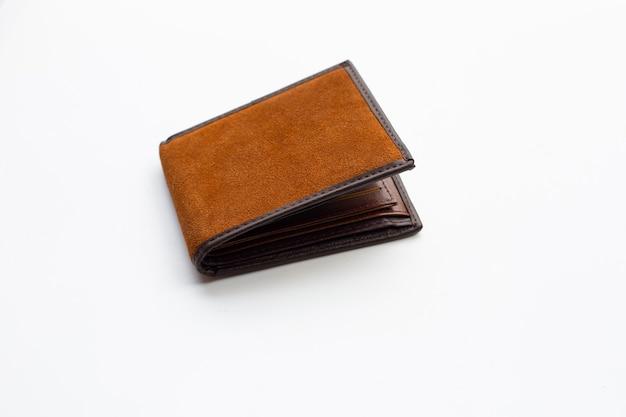 Bruine portemonnee geïsoleerd op een witte achtergrond
