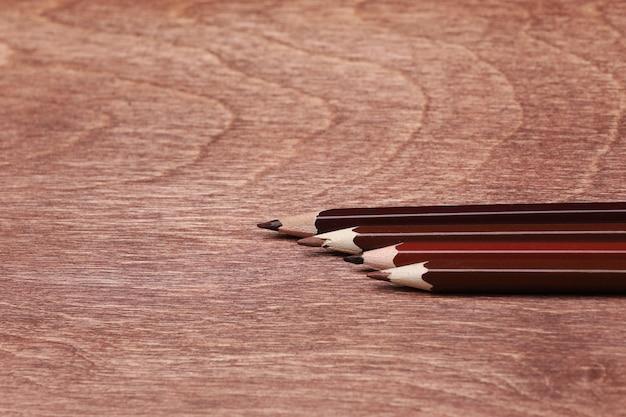 Bruine potloden op een houten achtergrond