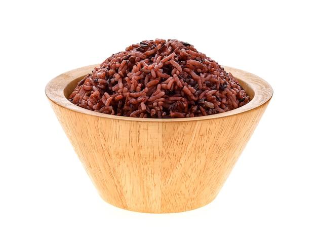 Bruine rijst in een kom op witte achtergrond