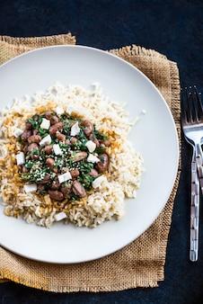Bruine rijst met bruine bonen. gezonde lunch