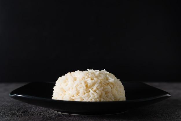 Bruine rijst of grove rijst met zwarte achtergrond. en kopieer ruimte.