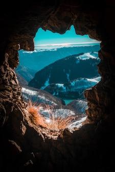 Bruine rotsachtige berg met sneeuw
