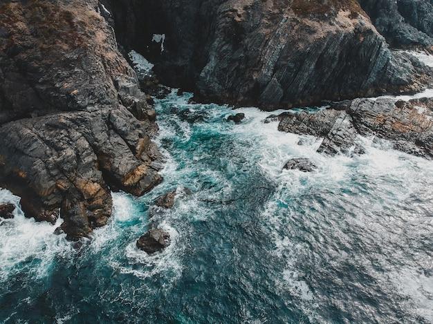 Bruine rotsachtige bergkust overdag