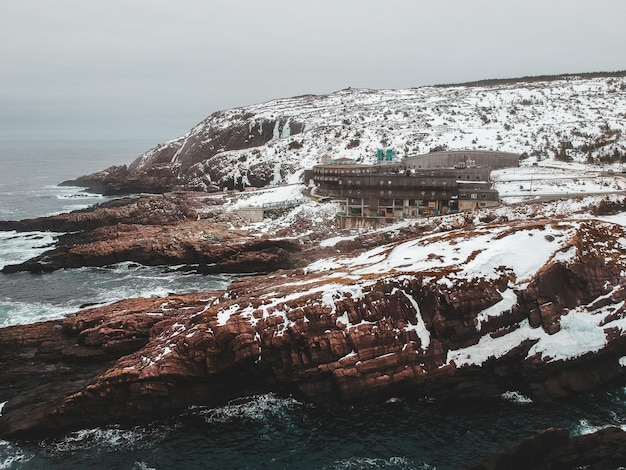 Bruine rotsformatie in de buurt van watermassa overdag