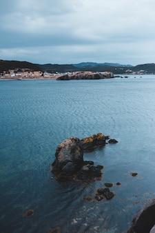 Bruine rotsformatie op de kust overdag